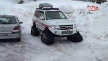 112 görevlisi karda mahsur kalan hastayı metrelerce sırtında böyle taşıdı
