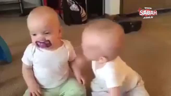 Bebeklerin güldüren emzik kapma mücadelesi