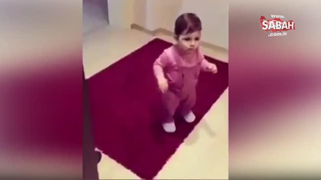 Zil çalınca kapıya koşan bebek!