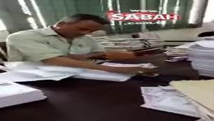Hindistan'ın Hyderabad şehrinde resmi bir kurumda çalışan adam